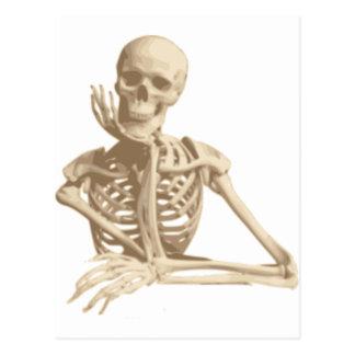 Esqueleto pensativo tarjeta postal
