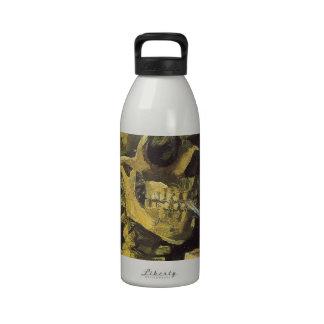Esqueleto que fuma botallas de agua
