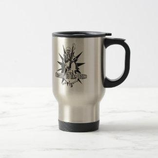 Esqueleto que juega bajo vertical taza de café