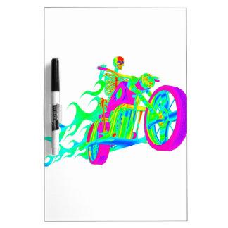 Esqueleto que monta una motocicleta tableros blancos