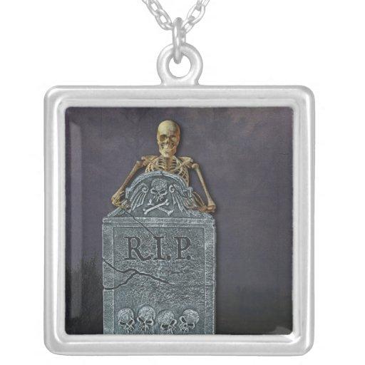 Esqueleto y piedra sepulcral en el cementerio colgante cuadrado