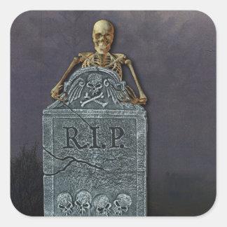 Esqueleto y piedra sepulcral en el cementerio calcomanías cuadradases