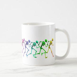 Esqueletos corrientes del arco iris taza de café