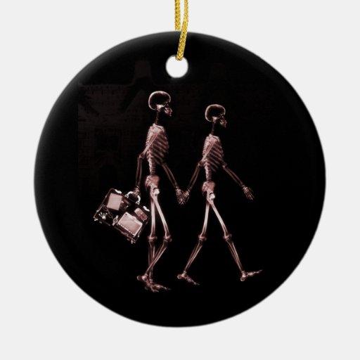 Esqueletos de la radiografía de los pares que adorno redondo de cerámica