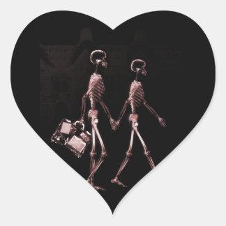 Esqueletos de la radiografía de los pares que pegatina en forma de corazón