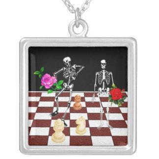 Esqueletos del ajedrez colgante cuadrado