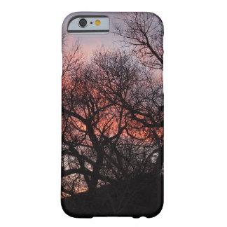 Esqueletos del árbol del baile en la puesta del funda barely there iPhone 6