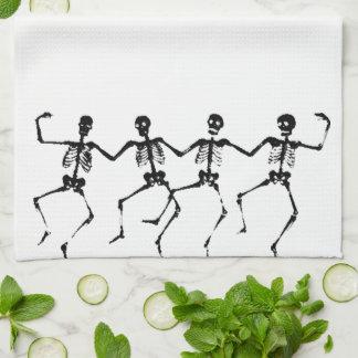Esqueletos del baile (blacknwhite) toalla de cocina
