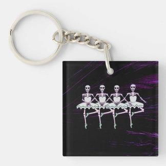 Esqueletos del baile llavero cuadrado acrílico a doble cara