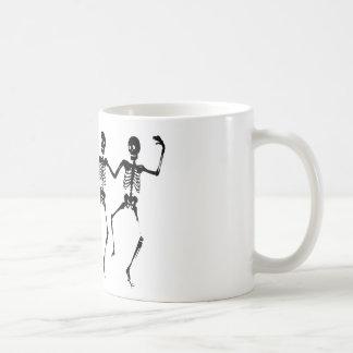 Esqueletos macabros de baile de Halloween Taza De Café