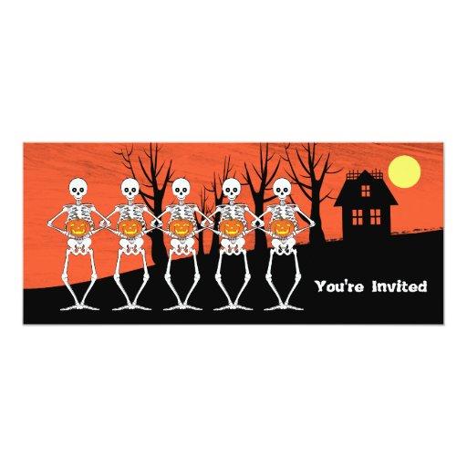 """Esqueletos que sostienen las calabazas y la casa invitación 4"""" x 9.25"""""""
