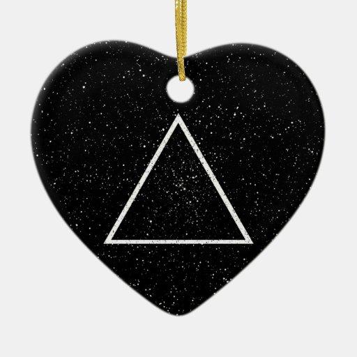 Esquema blanco del triángulo en fondo negro de la adorno navideño de cerámica en forma de corazón