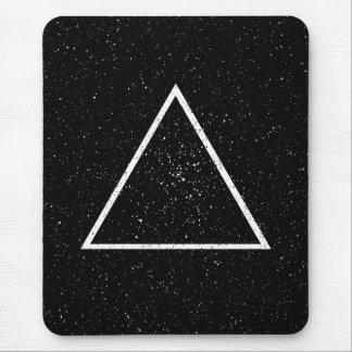 Esquema blanco del triángulo en fondo negro de la alfombrillas de ratones