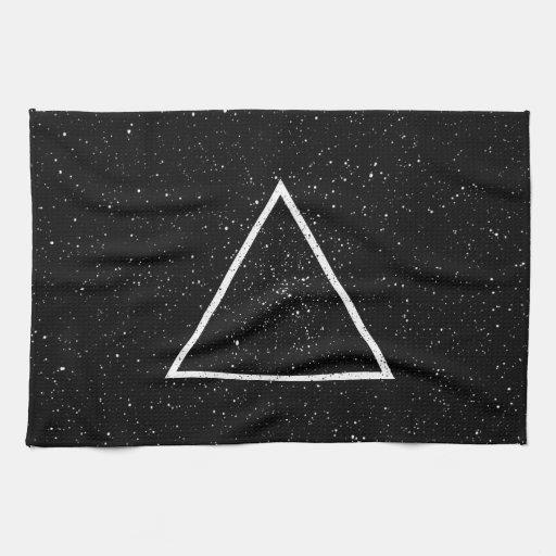 Esquema blanco del triángulo en fondo negro de la  toalla de cocina