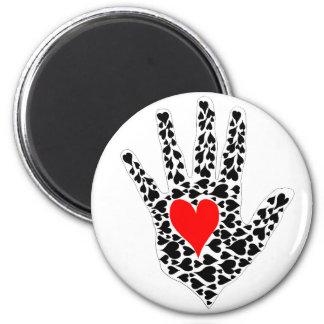 Esquema rojo y negro de la mano de los corazones imán redondo 5 cm