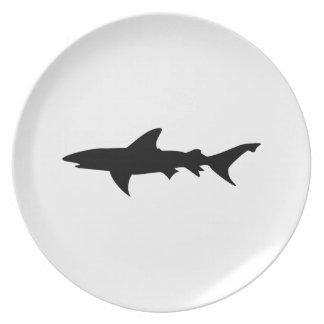 Esquema simple de la silueta del tiburón negro pel plato