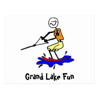 Esquí acuático en la postal magnífica del lago