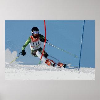 Esquí alpino que compite con el poster