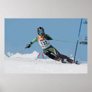 Esquí alpino que compite con el poster 4