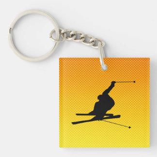 Esquí amarillo-naranja de la nieve llaveros