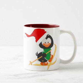 Esquí del pingüino del navidad taza de dos tonos