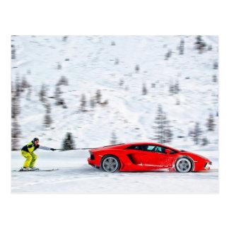 Esquí detrás de un Supercar rojo Tarjetas Postales
