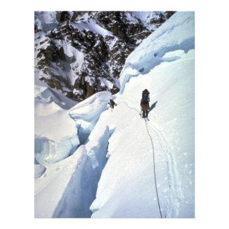 Esquí durante invierno del paso de Kahiltna Flyer A Todo Color