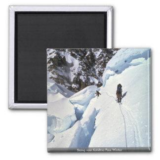Esquí durante invierno del paso de Kahiltna Imanes