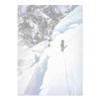Esquí durante invierno del paso de Kahiltna Invitacion Personal