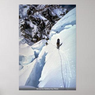 Esquí durante invierno del paso de Kahiltna Poster