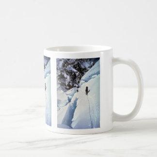 Esquí durante invierno del paso de Kahiltna Tazas De Café