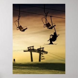 Esquí en la puesta del sol poster