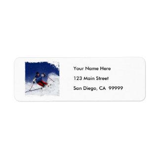 Esquí que compite con abajo de la montaña etiqueta de remite