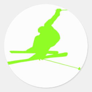 Esquí verde chartreuse, de neón de la nieve pegatina redonda