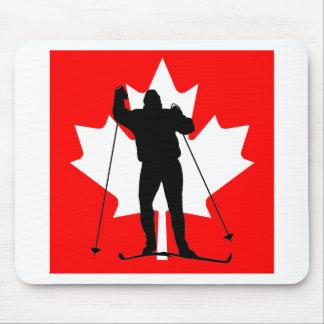 Esquiador a campo través de la bandera canadiense tapetes de raton