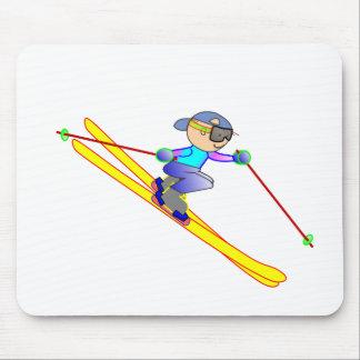 Esquiador amarillo y azul del dibujo animado que alfombrillas de ratón