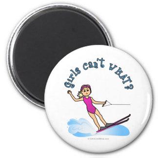 Esquiador de sexo femenino rubio del agua imán redondo 5 cm