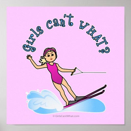 Esquiador de sexo femenino rubio del agua posters
