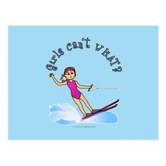 Esquiador de sexo femenino rubio del agua postal