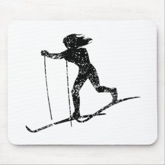 Esquiador del campo a través del vintage alfombrilla de raton