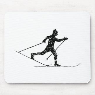 Esquiador del campo a través del vintage tapete de raton
