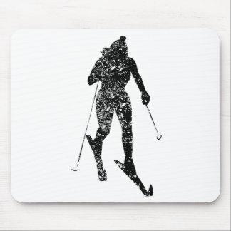 Esquiador del campo a través del vintage alfombrillas de ratones
