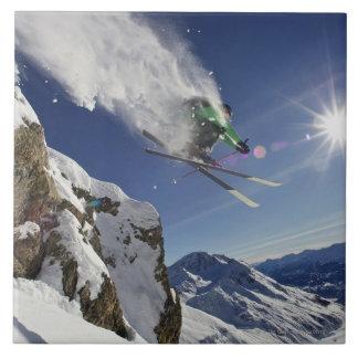Esquiador en aire azulejo cuadrado grande