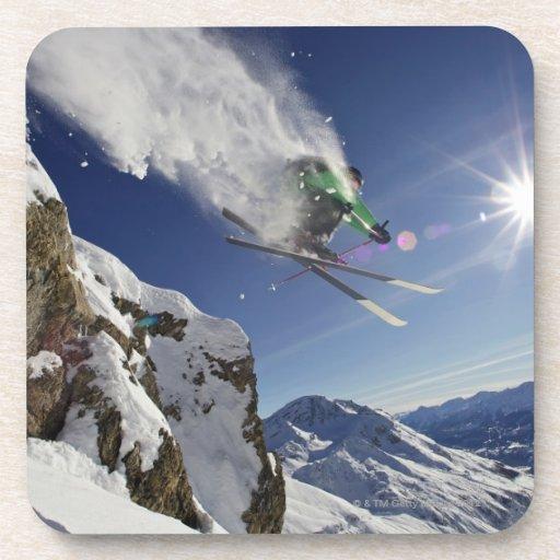 Esquiador en aire posavasos de bebidas