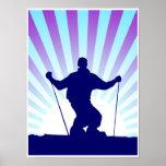 esquiador en declive poster