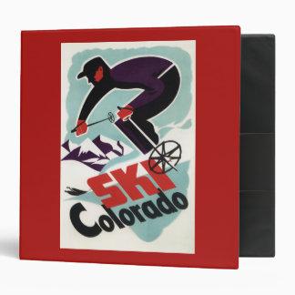 Esquiador negro y púrpura vestido