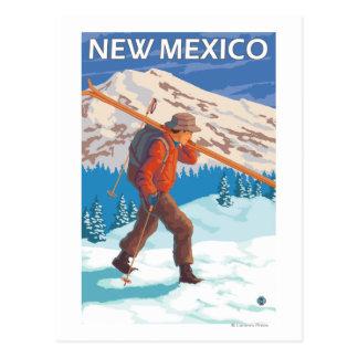 Esquiador que lleva SkisNew México Tarjetas Postales