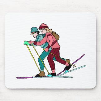 Esquiadores del campo a través tapetes de ratones