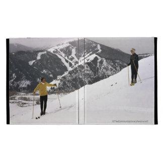 Esquiadores en el lado trasero de la montaña del d