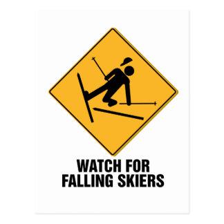 Esquiadores que caen tarjeta postal